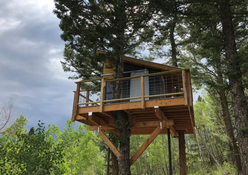 Treehouse Airbnb in Colorado in an aspen and pine tree forest