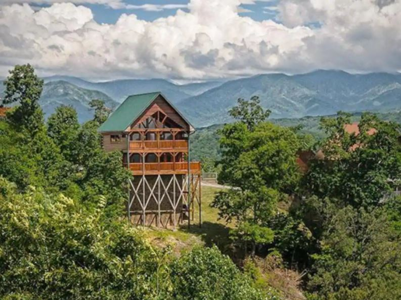 Multi story Airbnb cabin in Smoky Mountains