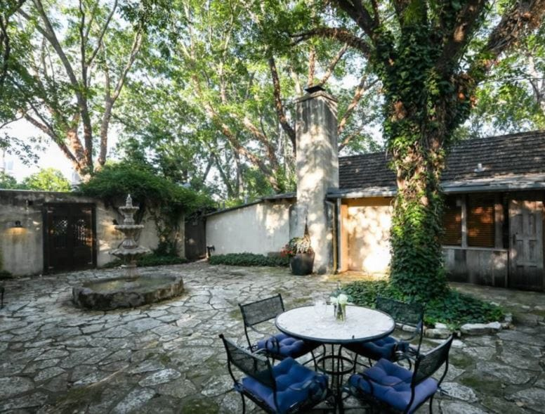 Fredericksburg Texas winery Airbnb with courtyard including a fountain and table and chairs